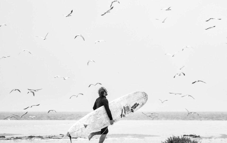Surfeur qui court