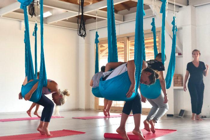 Groupe de yoga aerien
